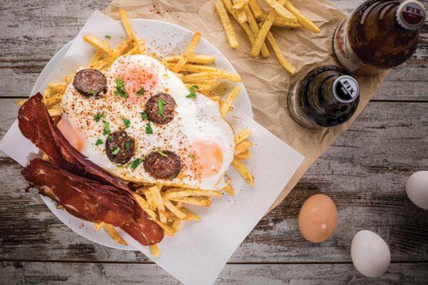 Πατάτες με Αυγά, Παστουρμά και Σουτζούκι